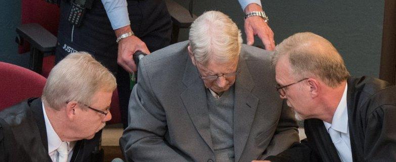 Der ehemalige SS-Wachmann Reinhold Hanning (M) wird am 17.06.2016 im Landgericht in Detmold (Nordrhein-Westfalen) nach der Urteilbegründung von seinen Anwنlten Andreas Scharmer (l) und Johannes Salmen auf der Anklagebank getrِstet. Das Gericht hat ihn zu fünf Jahren Haft verurteilt. Das Gericht sprach den 94-Jنhrigen am Freitag der Beihilfe zum Mord in mindestens 170.000Fنllen schuldig. Foto: Bernd Thissen/dpa +++(c) dpa - Bildfunk+++